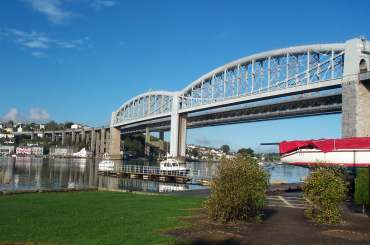 4x3 saltash king henry bridge from below.jpg (14106 bytes)