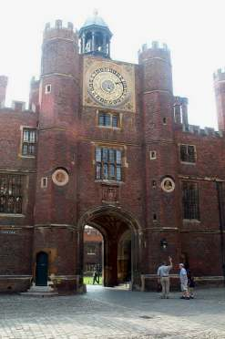 4x3 Hampton Court Clock.jpg (13120 bytes)