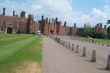 4x3 Hampton Court Entrance.jpg (11773 bytes)